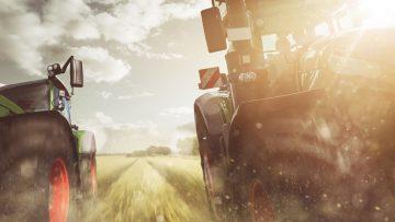Traktoren fahren  auf einem Feld
